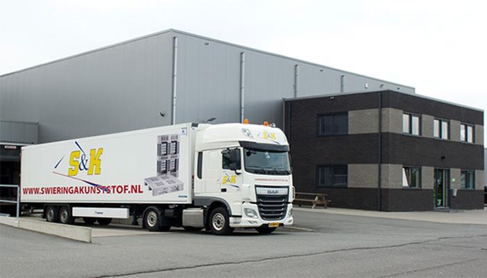 aanzicht pand met vrachtwagen